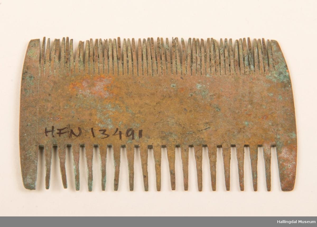 Lusekammen ble funnet i en verktøykasse.  Det er en ganske vanlig type, atagelig fabrikklaget.  Lusetenner på en side og vanlige tenner på den andre siden.