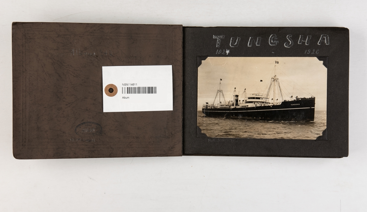 Album med fotografier av motorskipet 'Tungsha' 1924-1926.