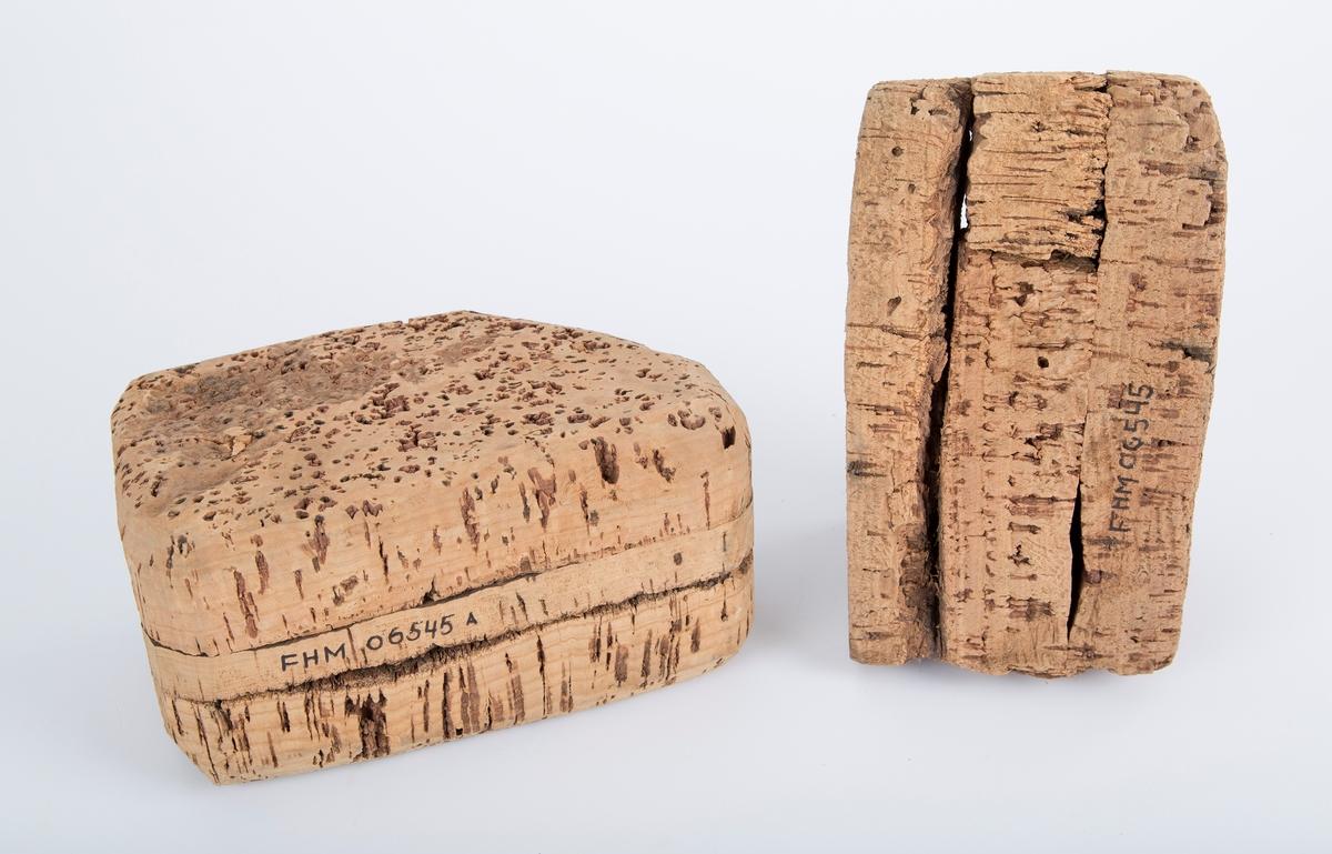 To korkstykker, antagelig til markering av ruser, garn e.l.