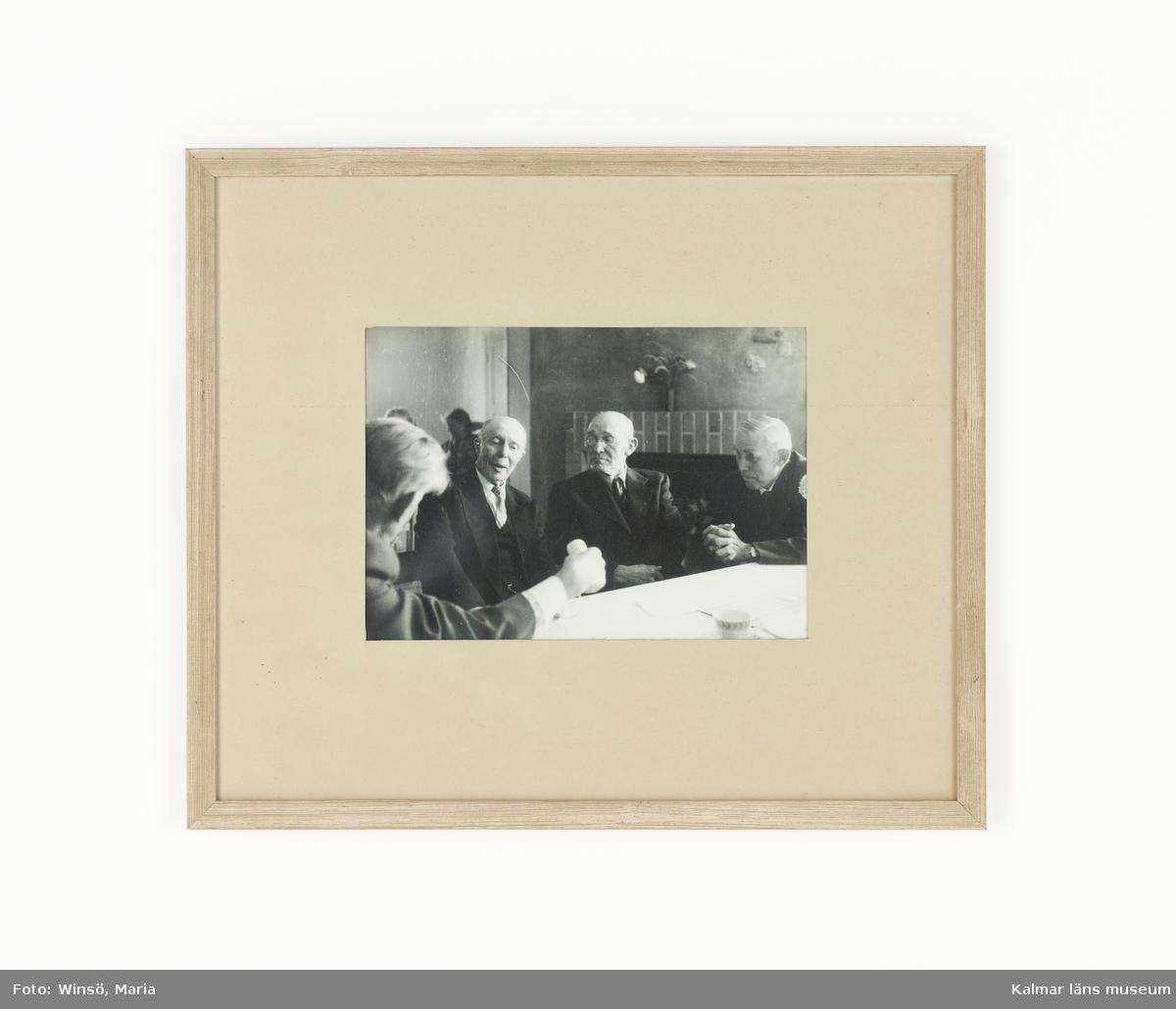 KLM 45619:85. Fotografi, i ram, papper, glas, trä. Inglasat foto med träram. Gustaf Ahlm med tre äldre herrar. Handskriven text på baksidan. Maskinskriven kopia på texten finns i arkivet, KLM 45620: 76.