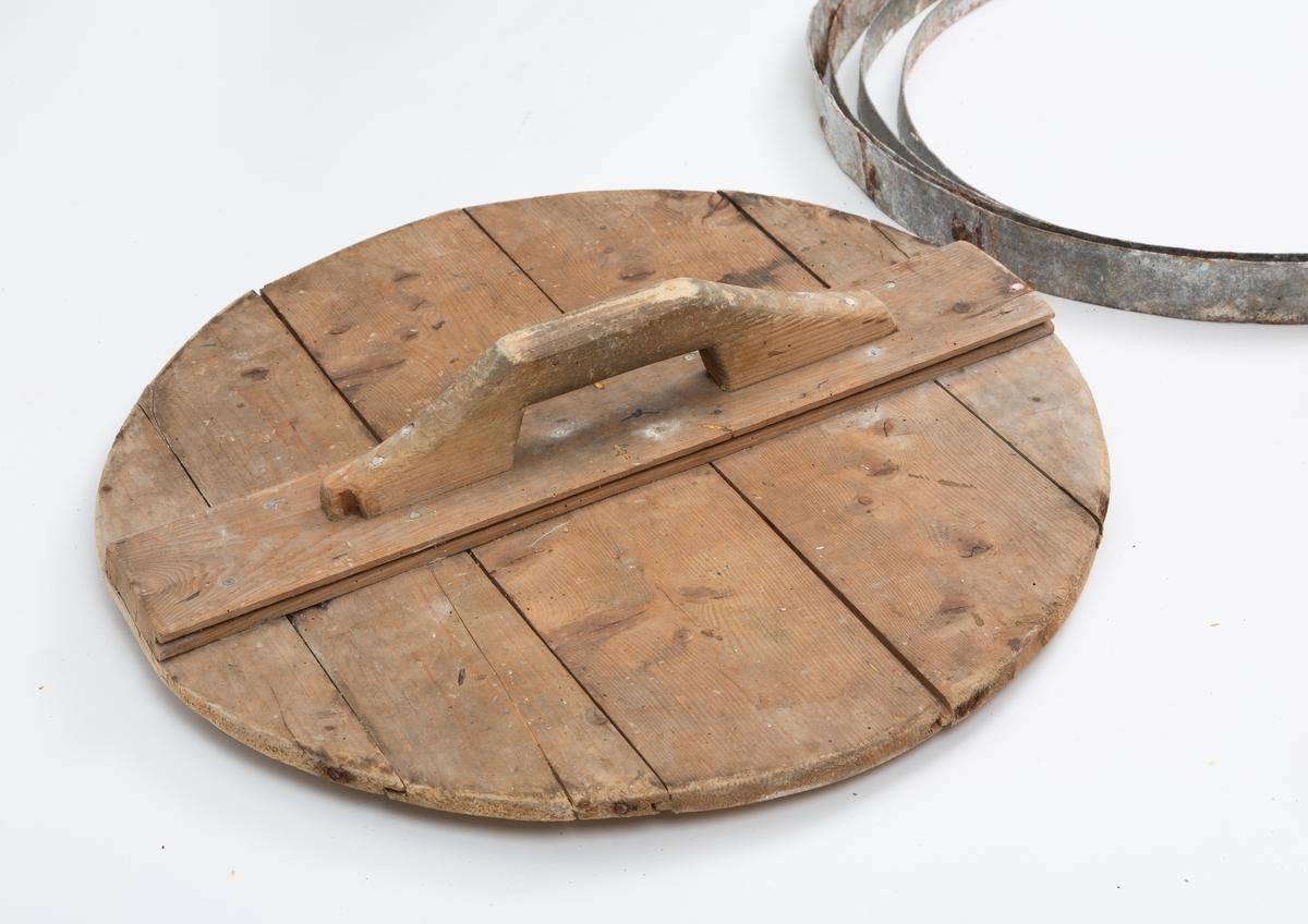 Lagget stamp av tre, med lokk. ¤ sinkringer. Tappet bunn og lokk.
