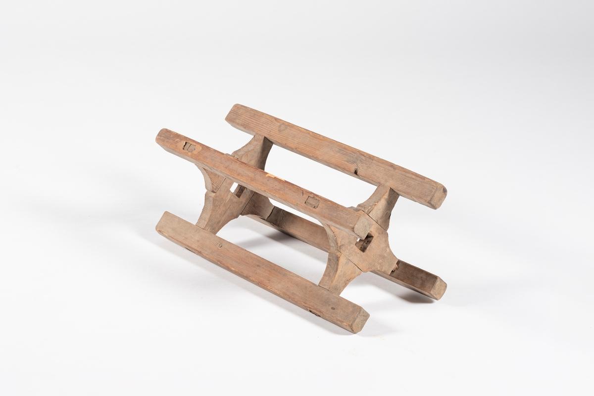 Kabben består av to par profilerte planker, med hull i midten, som er lagt i kors, og av fire staver som enden på disse er tappet igjennom.