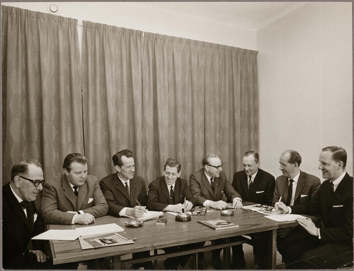 Redaktionskommittén vid Konduktörsposten på 60- och 70-talet. Från vänster i bild: Lennart Tollin, Ragnar Eriksson, Gunnar Bergström, Olle Häll, Axel Jerlehage (tidningens redaktör), Fritz Asklöf, Ruben Seger och Bengt Holmberg.