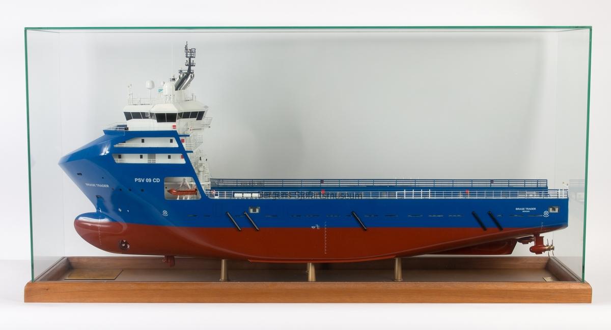 Helmodell av forsyningsskipet BRAGE TRADER, type PSV 09 CD. Modell i glassmonter.