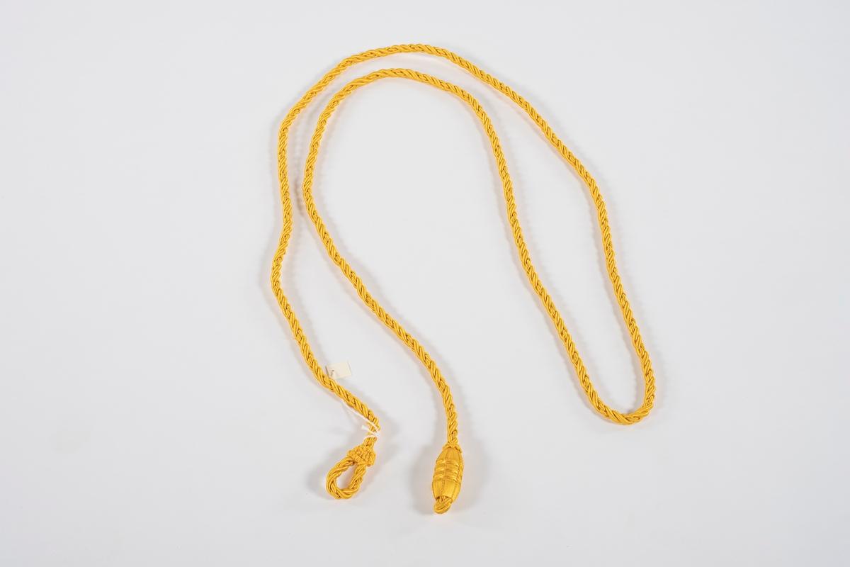 Styresnor med håndtak. Snoren er tvunnet og har en løkke i den ene enden. Håndtaket er av tre dekket med tråd av samme materiale som snoren.