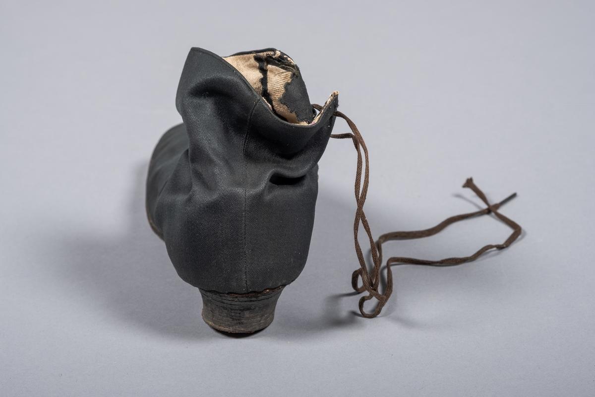 Sateng-silke brudesko med linlerret (venstre side). Ble fested med bomull.