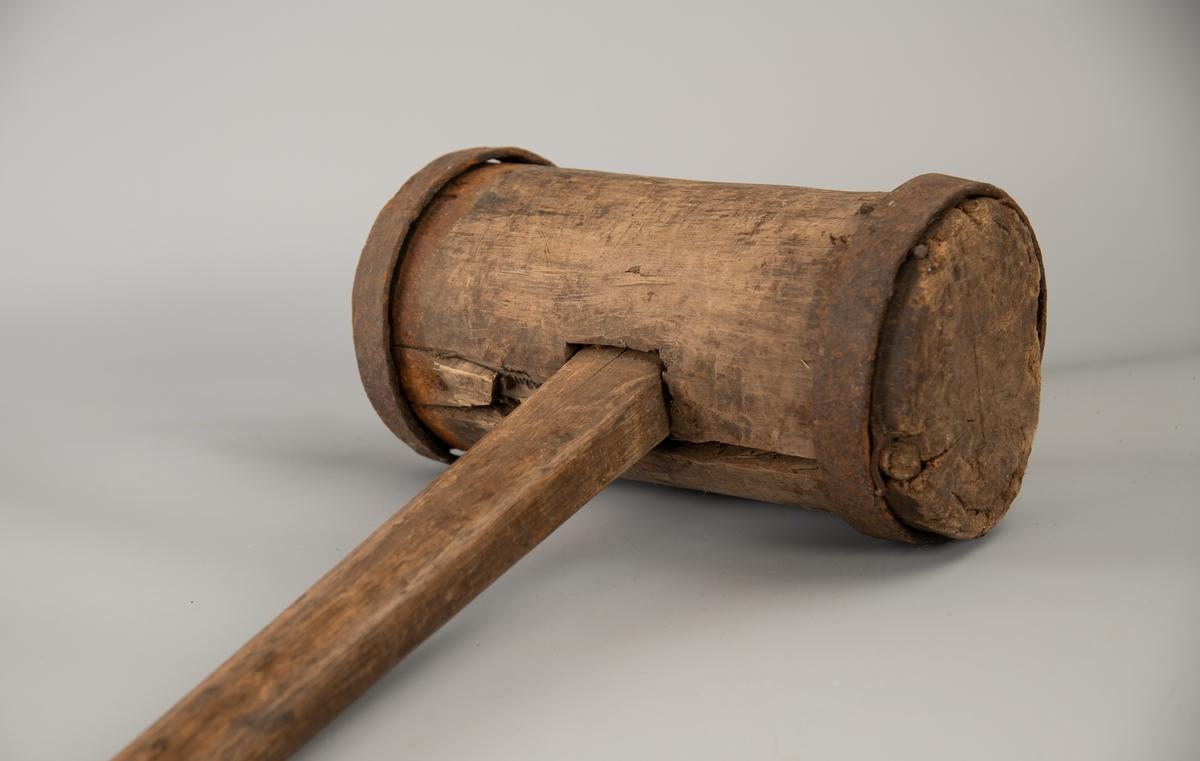 Hodets ender er beslått rundt kanten med to jernbånd, som har en bredde på 2,8 cm. Skaftet er gjennomgående, med kile.