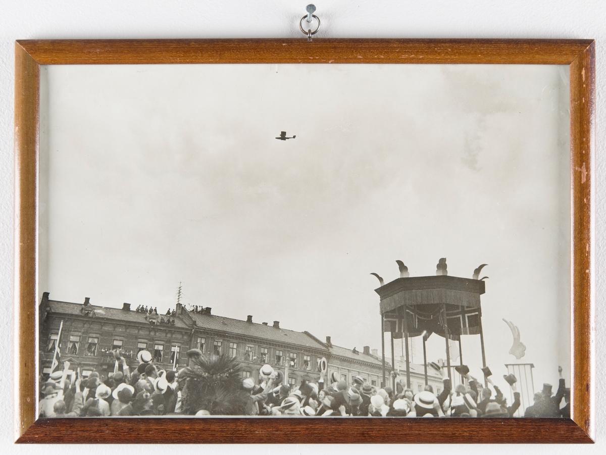 Folkemasse hylder et fly