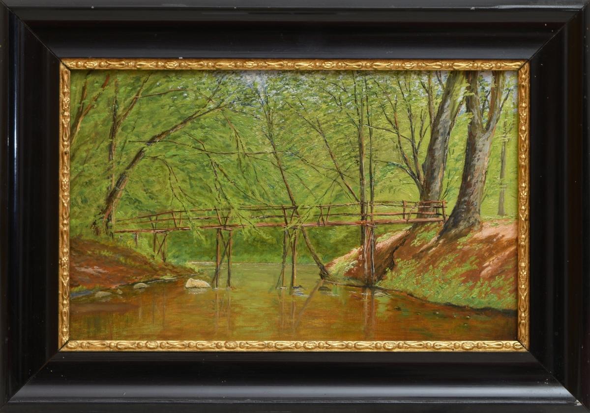Landskapsmaleri med en rolig elv midt i motivet. En spinkel bro mellom sandvoldene på hver side av elven. Trær med tett bladverk i mellomgrunn og bakgrunn. Litt blå himmelen kan skimtes mellom trærne helt øverst i motivet.