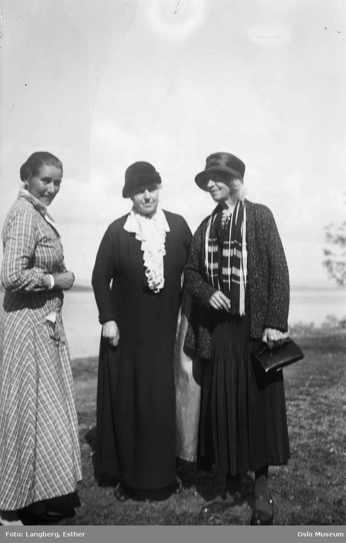 kvinner, stående helfigur
