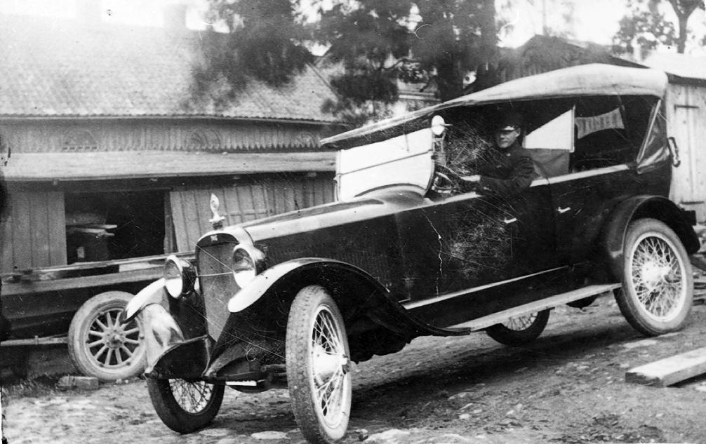 Nils Bergsten. Bilen är en amerikansk Chandler från omkr. 1920.