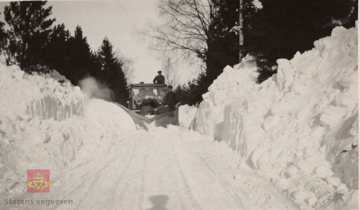 """Trolig er lastebilen på bildet en 1929 modell Thornycroft med registreringsnummer C-9305. Tilhørende Akershus Fylkes Veivesen. Ref. til Asbjørn Rolseth's Norsk lastebilleksikon bind I side 188-189. Thornycroft 6-hjulere ble blant annet brukt av veivesenet i Akershus, Østfold, Rogaland og Møre og Romsdal. Sitat fra artikkel i Nr. 1-1932 side 11: """"Hvor veihøvlene ikke har greid utvidelsen, er riksveivedlikeholdets 6-hjulede biler kjørt med stor sideplog, eventuelt efter at toppen av brøitene først er skuffet bort for å skaffe plass til ny sne"""".  Tekst bakpå bildet: Fra """"Minnemoen"""" Riksveien (Trondhjemsveien på Hammerstad - Minnesund i Eidsvoll. Fotografert 14/3-1931.  Fig. 2, 3, 5. Trondhjemsveien i Eidsvolll etter snestorm 12-14 mars 1931. Jf.  """"Meddelelser fra Veidirektøren Nr. 10- og Nr. 11-1931: """"Snerydningen på våre veier vinteren 1930-1931"""". Se Nr.1-1932 side 11. (forts. fra Nr. 11-1931 s.171) Akershus fylke.  Bilde 2) Helside i album """"Snebrøyting og sneskjermer.""""  Se vedlegg i Nedlastinger lenger ned på siden.  Ref. til """"Meddelelser fra Veidirektøren"""", Nr. 3-1930,  """"Snebrøytingsforsøk med 6-hjulere,"""" av overingeniør N. Saxegaard."""