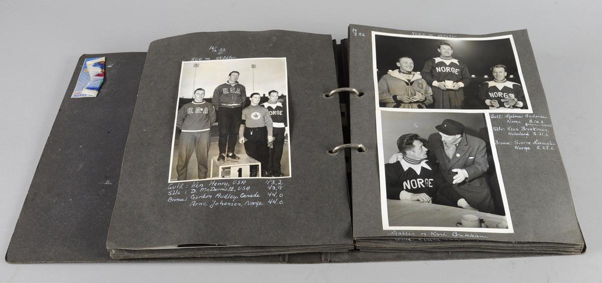 Album eller ringperm av svart kartong som inneholder 25 ark (50 sider) med foto fra vinter-OL i Oslo 1952. På den første siden er det limt inn program for lekene og 2 billetter (hurtigløp på skøyter og 50 km langrenn). På de andre sidene er det limt inn sort-hvitt bilder åpningsseremoni, alle øvelser, seiersseremonier, folkeliv - fortløpende etter dato.