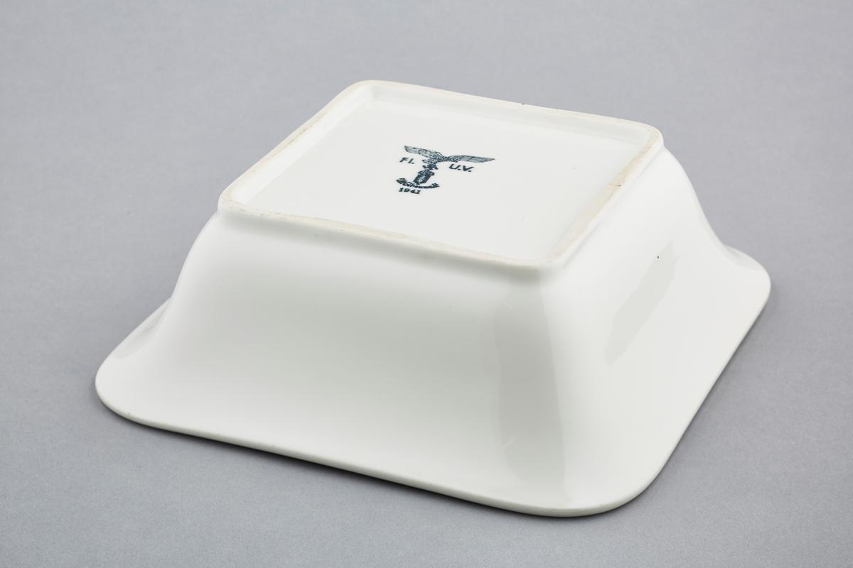 Porselensmerkets motiv er den tyske ørn som holder et hakekors i klørne. Hakekorset er plassert på en utsmykning.