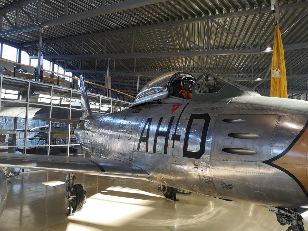 Oxygenmaske montert på dukke i F-86F Cockpit
