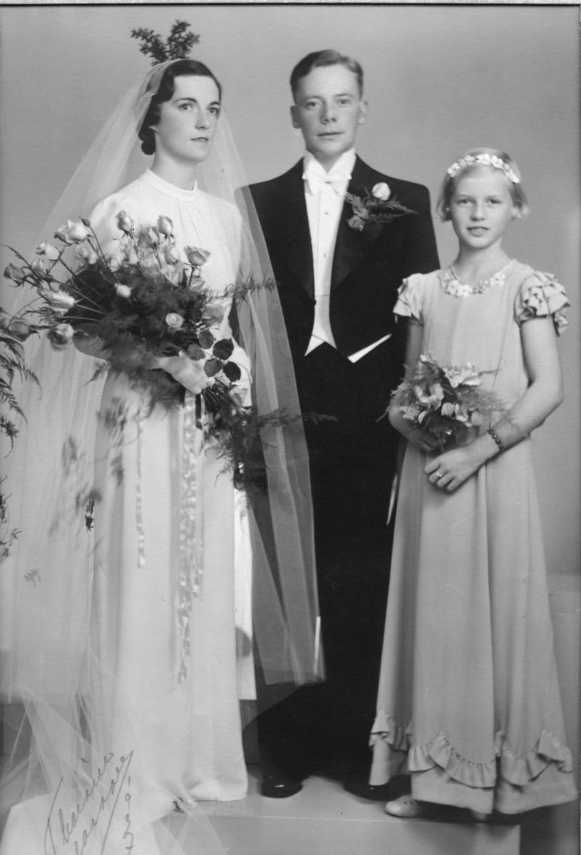 Lagerchef Åke Thorsell vigdes med Hjärt Anna-Brita Sjögren i Alingsås Museums kyrkliga avdelning den 9:e oktober 1937. Officient vid vigseln var prosten J. A. Afzelius.