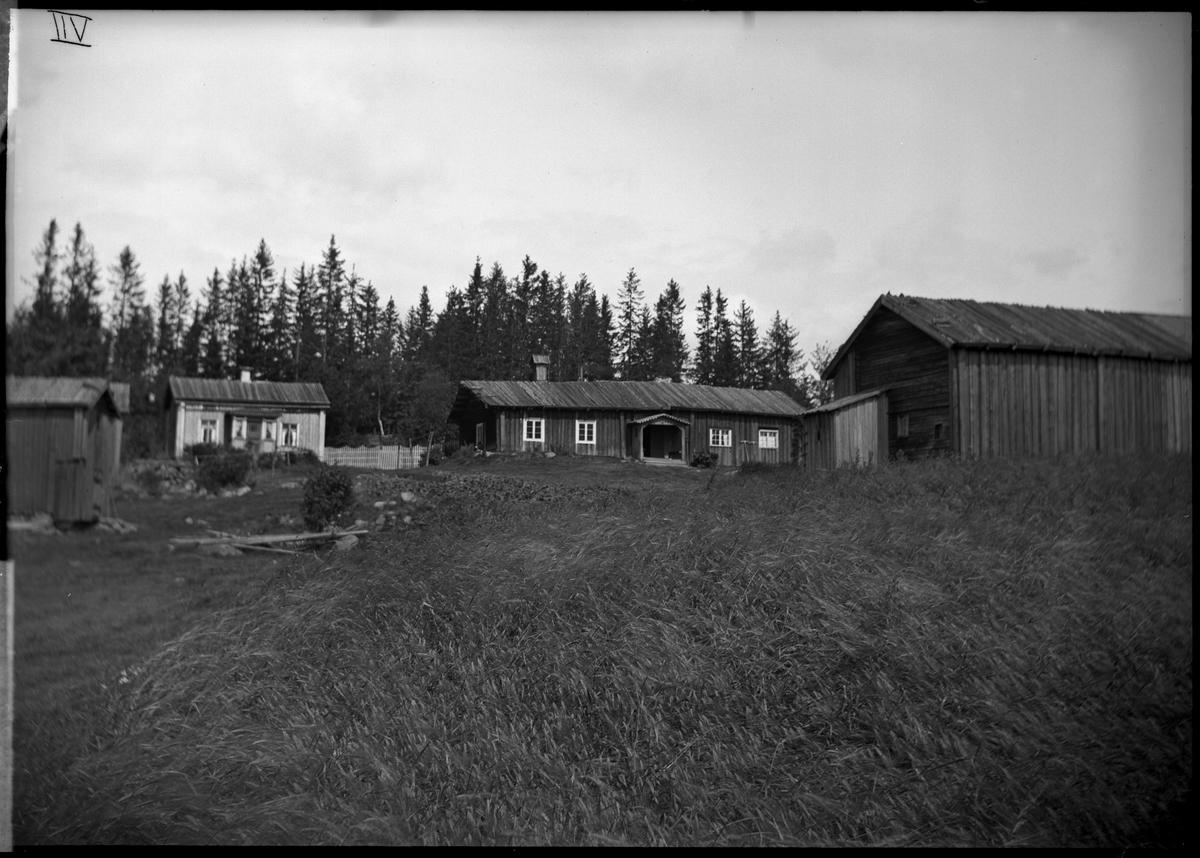 Rökstugubyggnad  med uthus. Kvarntorp. Bilden är rättvänd, de romerska siffrorna är skrivna från plåtens baksida.
