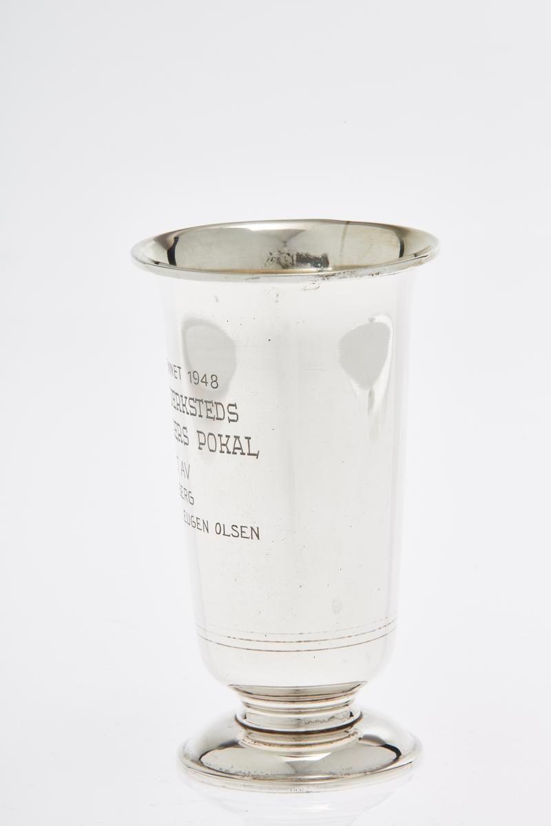 Pokal i sølv med inskripsjoner.