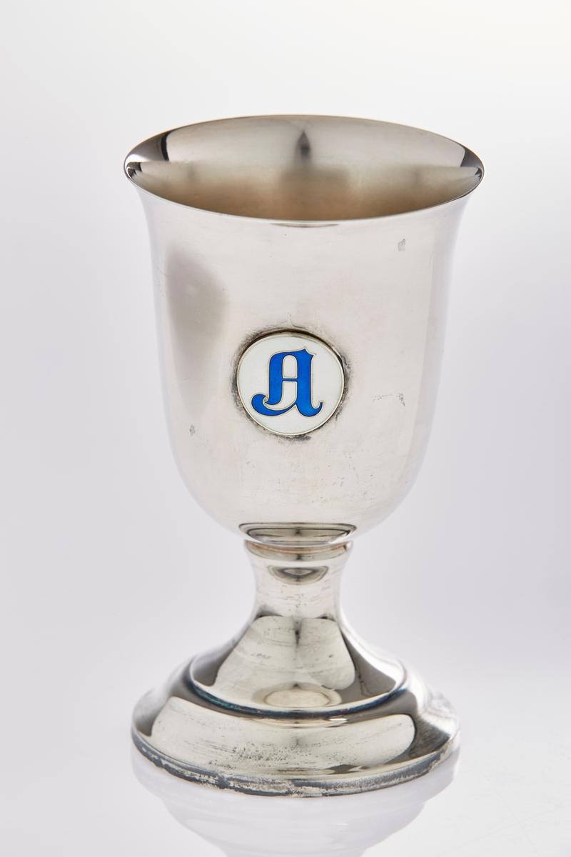 Emblem: Sirkulært, hvit emaljert med blå bokstav. Bokstav: A
