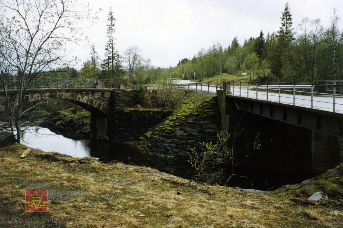 """Fv12. Rødlielv steinhvelvbru ved Utskarpen i Rana. """"Fredet."""" Gammel bru bygd 1911 - ny bru bygd 1957. Følg pilen til høyre."""