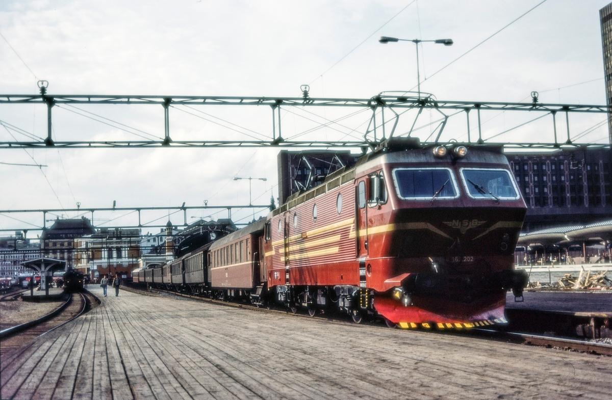 """Elektrisk lokomotiv El 16 2202 med rushtidstog til Moss """"Ormen lange"""" på Oslo Østbanestasjon"""