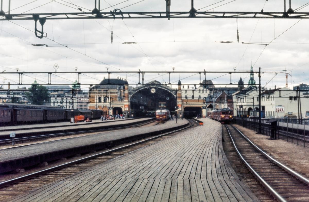 Oslo Østbanestasjon. Til venstre sykkeltog til Stryken, i midten El 11 med persontog, til høyre elektrisk motorvognsett type 65/67 med lokaltog til Hovedbanen