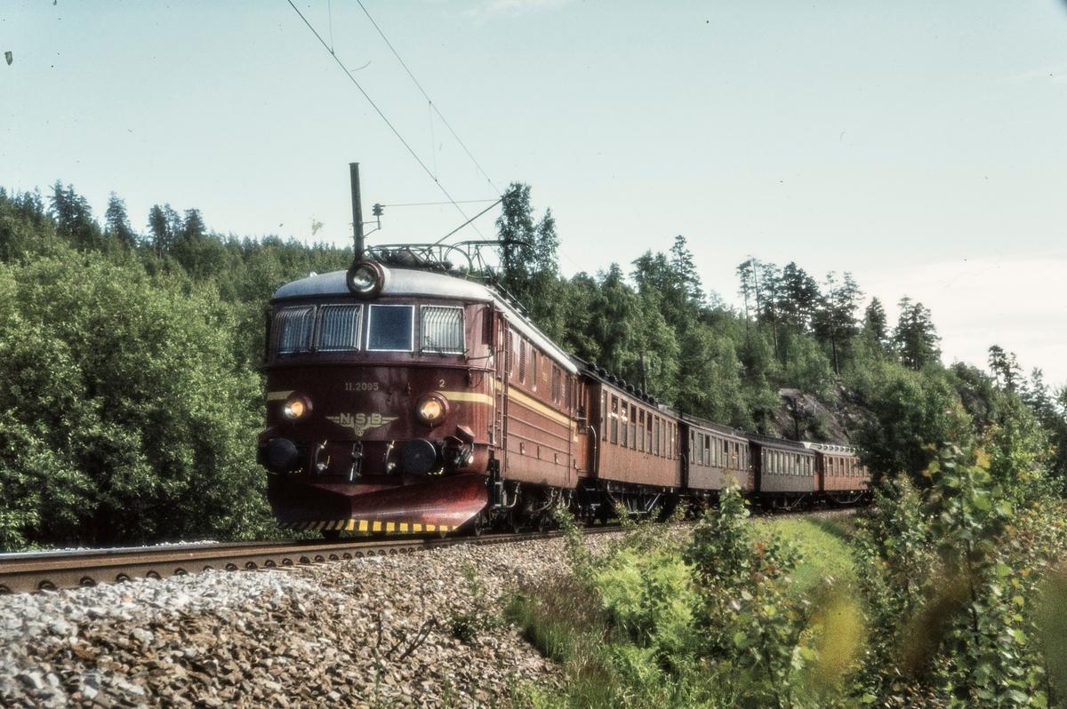 Elektrisk lokomotiv El 11 2095 med persontog 217 fra Oslo Ø til Jaren mellom Kjelsås og Sandermosen stasjoner