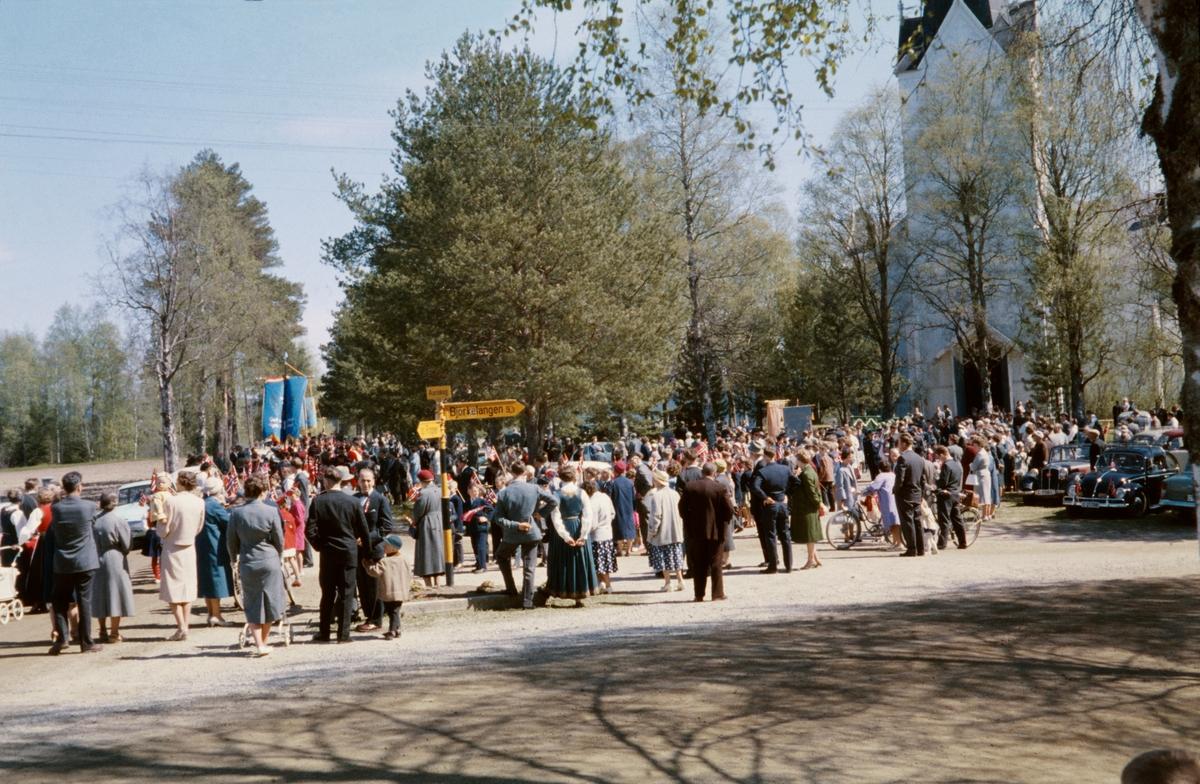 17. maitog ved Aurskog kirke. Barnetogene fra Aursmoen og Haneborg ankommer kirken.