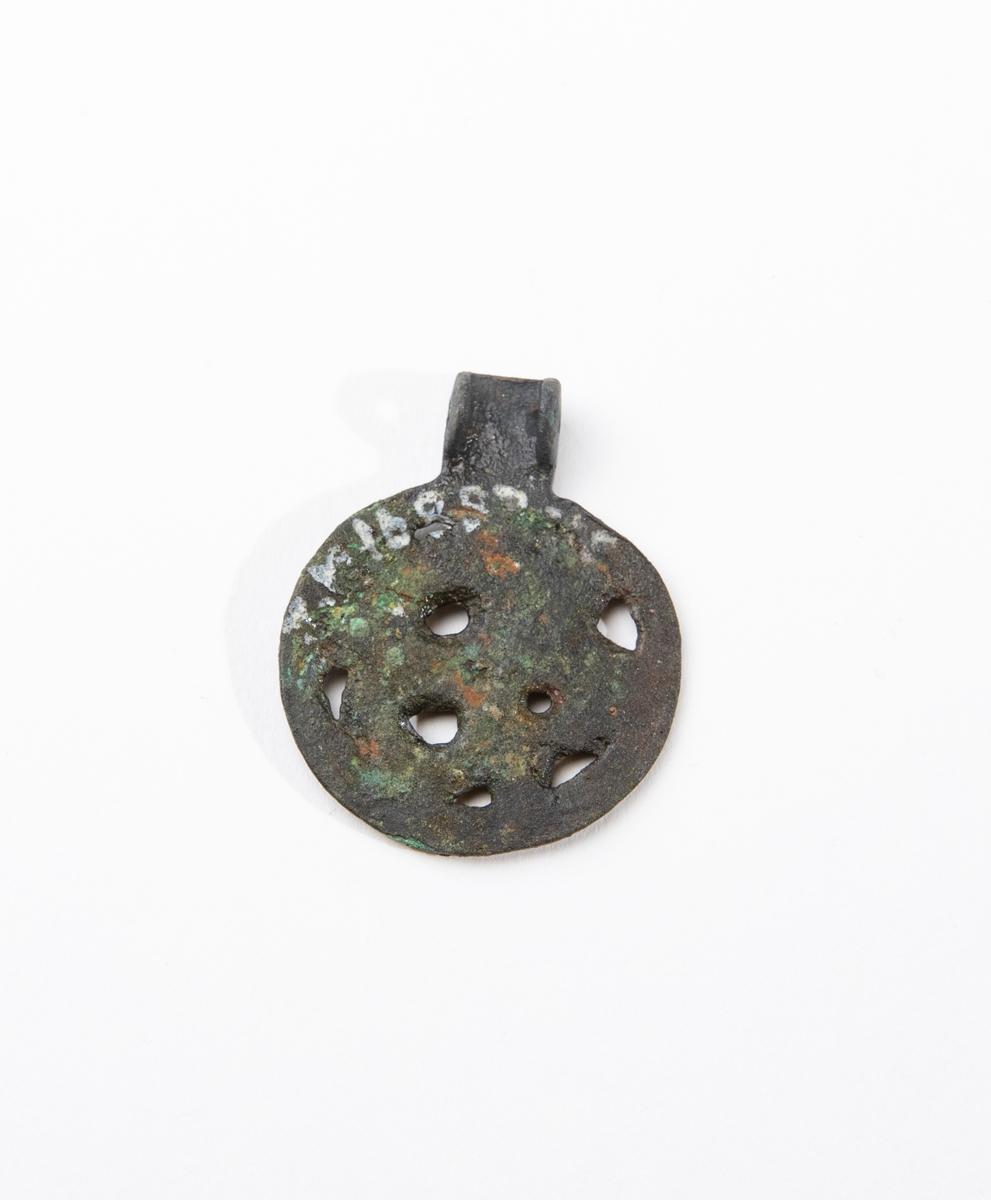 Hängen, 3 st, runda, platta med samma ensidiga genombrutna dekor i form av ett tillbakablickande djur med näbb, ett öga, kropp samt två klor, troligen Jellingestil. Ett hänge är helt, inkluderat upphängningsanordningen överst. De andra två är skadade. Se 16887:18.