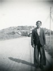 En pojke står vid en landsväg i Tingstad, Göteborg 1943. I G