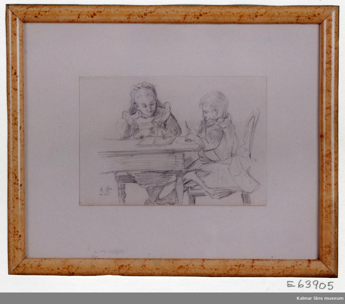 Barn vid bord, en flicka och en pojke sitter och läser resp ritar.