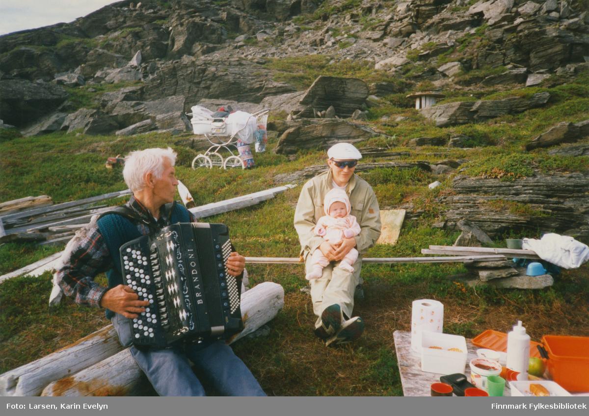 Båttur i Kjerringvik, i Porsanger i 1997. På trekkspill Werner Larsen (fra Kiberg), Rudi Larsen og baby heter Synne Larsen.