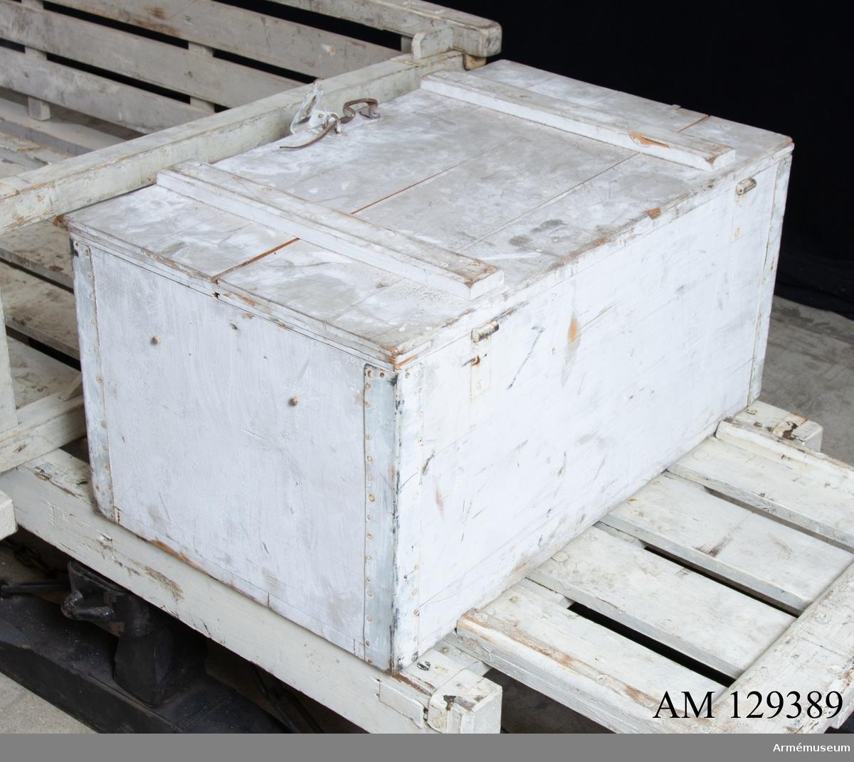 Låda med inredning till lång, vit släde.  Bultar, brickor, muttrar, låssprintar i lådan. 2 av varje, för infästning i släden. Med två brickor med sprintar för kälkarnas infästning i släden. 77x48x38 cm