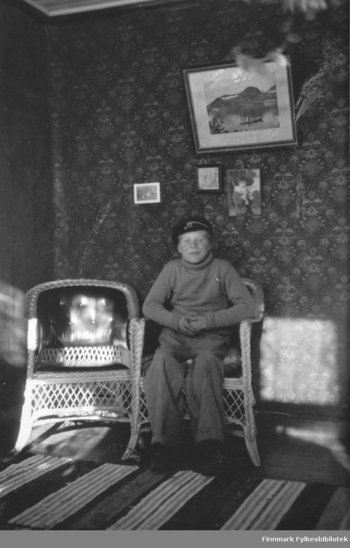En gutt fotografert i stua. Stedet er mest sannsynlig Salttjern.
