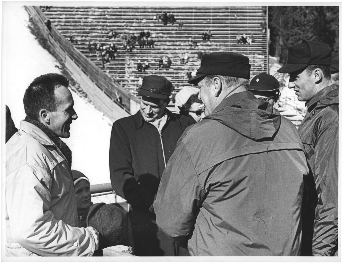 Hallgeir og Martin i samtale med kongen og kronprinsen etter seiern på 15 km