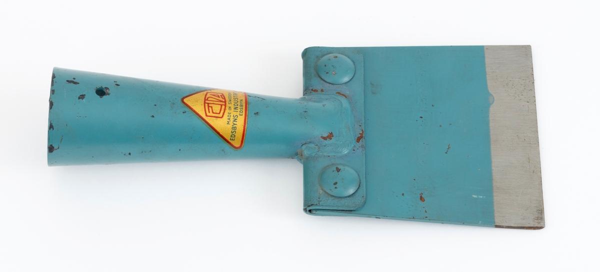 Barkespade, en såkalt «EIA-spade» fra den svenske produsenten Edsbyns Industri AB. Bladet på denne barkespaden er trapesformet og lagd av ei snaut 3 millimeter tjukk stålplate. Det har en sakseslipt, rettlinjet egg som er 11,4 centimeter lang. Bladet er 11,2 centimeter høyt, og ryggsida av måler 10,2 centimeter. Den øvre delen av bladet er festet i ei slisse i et 9,9 centimeter bredt jernbeslag, der det er låst fast ved hjelp av to gjennomgående mutterskruer. Sentralt på dette beslaget, i forlengelsen av bladets midtakse, er det påsveiset et om lag 14,5 centimeter langt kont jernrør, som skulle tjene som fal for et treskaft, som ikke er montert på denne barkespaden. I den ytre enden av denne falen er det to gjennombrutte hull, ett på hver side, for spikere eller skruer, som skulle sikre at barkespaden ikke løsnet fra treskaftet. Med unntak av ei cirka 2,5 centimeter bred stålblank sone ved eggen, er redskapet lakkert med en blågrønn farge. På falen finner vi en gullfarget, triangulær etikett med produsenten navn og adresse.