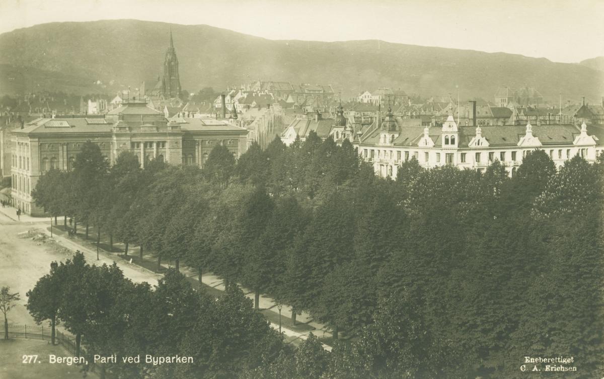 Bergen. Utsikt over Byparken mot Permanenten, Pattersons hotell og Johanneskirken. Utgiver: C. A. Erichsen, før 1916.