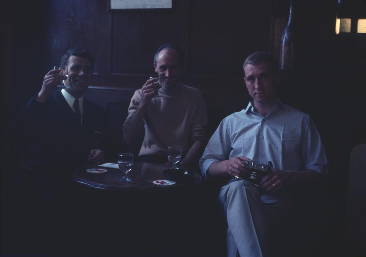 På bilden syns en grupp sjömän från jagaren Öland som sitter i rund ett bord och skålar.