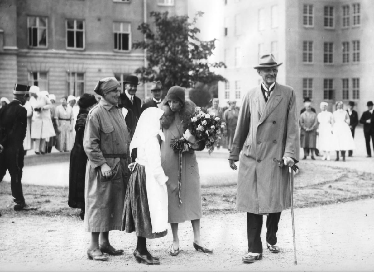 Prins Carl och prinsessan Louise som pratar med en flicka från svenskbyborna, utanför kasernen på Ryhov i Jönköping 1929.