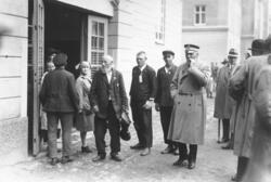 Personer vid kasernen på Ryhov vid svenskbybornas ankomst ti