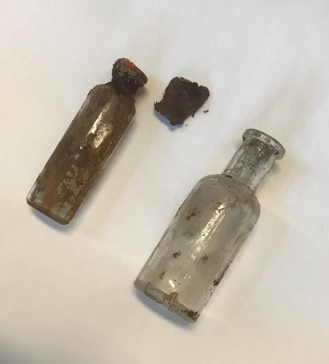Rifle, et par gummistøvler, arbåndsur, tekstilrester, lommelykt, insulinsprøyte i metallrør, penn, kniv, slire, 13 mynter, en plastbit, hanske, 2 små glassflasker og en stor glassflaske.