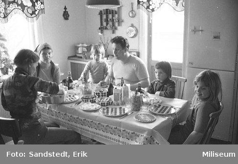 Familj runt ett middagsbord.