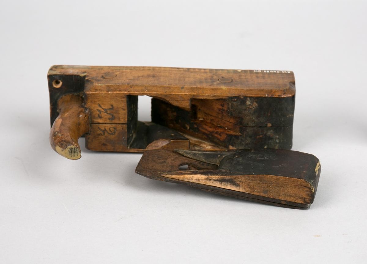 Høvel. Rektangulær høvel med skråstilt jern, trekile og håndtak.