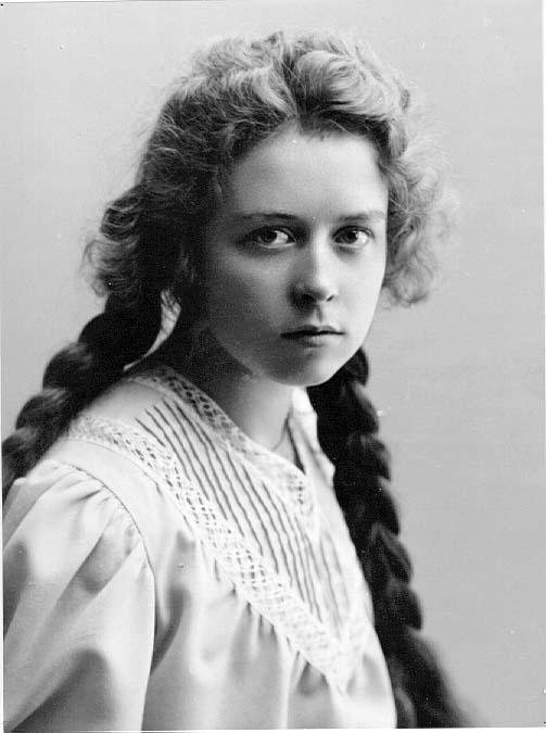Porträtt av Elsa Löwenadler, en ung flicka med två flätor i håret.