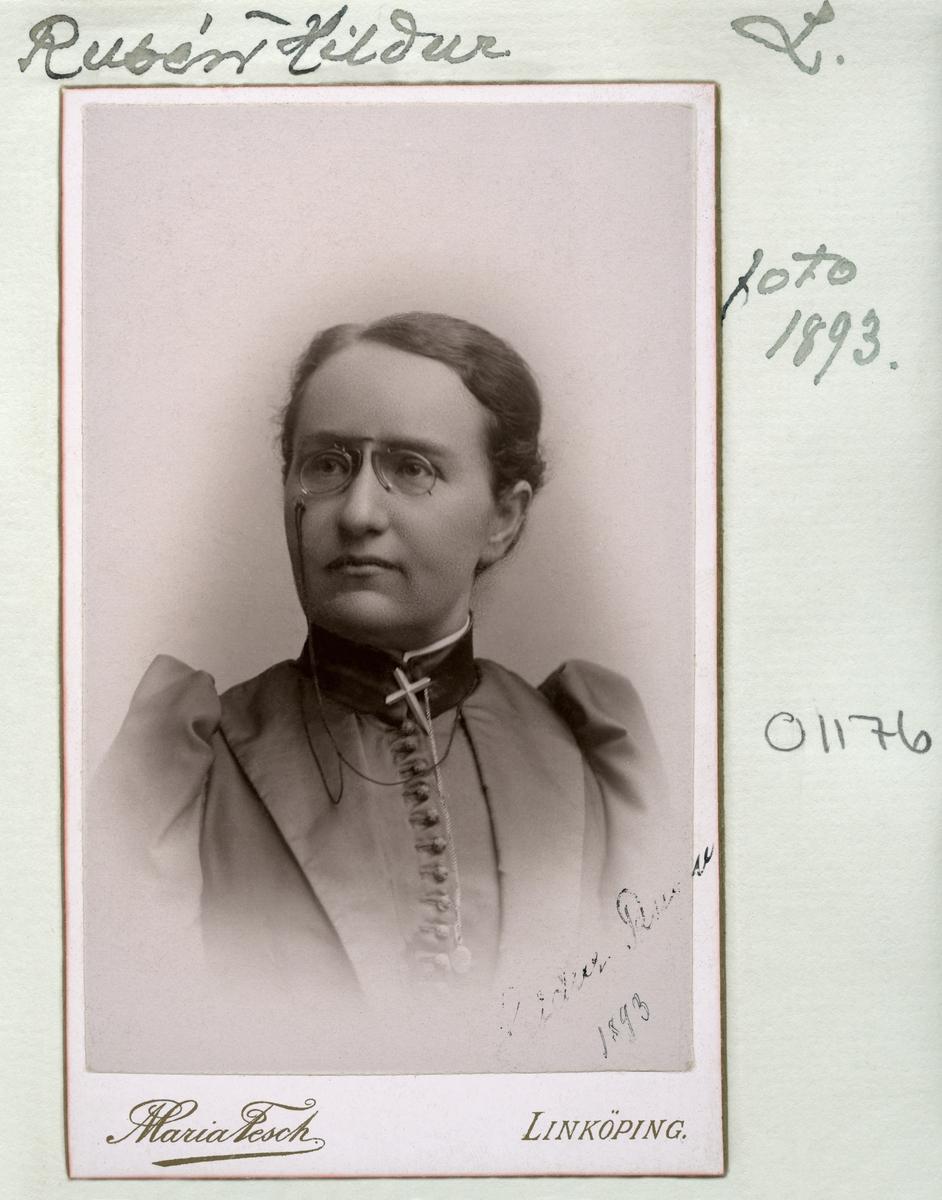 Porträtt av lärarinnan Ebba Hildur Sofia Rusén. Född 1859 i Stockholm som dotter till lektor Lars Erik Rusén och Ebba Charlotta Rusén. Flyttade från Linköping till Landskrona 1881 där hon studerade till lärarinna.  Dagen innan hon flyttade från Landskrona flyttade författarinnan Selma Lagerlöf in i kvarteret Tärnan där hon varit bosatt. Förblev ogift och dog 1931 i Södertälje.