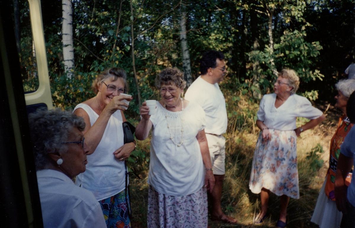 Brattåsgårdens äldreboende besöker Hembygdsgården Långåker, 1990-tal. Det är i samband med avslutning av en SV Studiecirkel* på Brattåsgården ihop med Hembygdsgillet. Från vänster: 1. Stina Svensson, 2. Solveig Matsson, 3. Gördis Johansson, 4. guide Staffan Bjerrhede, 5. Majken Olsson, 6. Nancy Ehrenborg. Relaterat motiv: A2114.