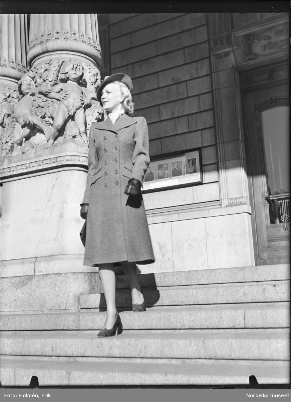Kvinna på trappa, dammode
