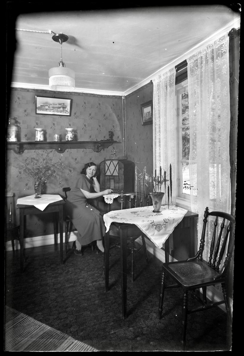 Kvinna lyssnar på radio