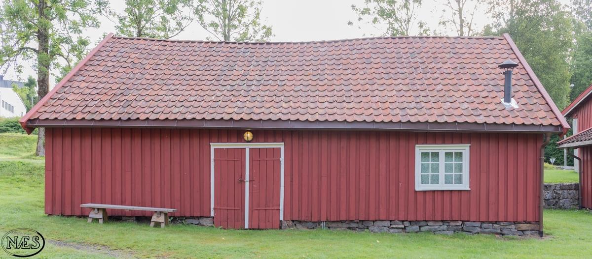 Et mindre rektangulært bygg med saltak og opplett på den ene takflaten. Bygget har to-etasjer med en 1. etasje pluss loft, som har inngang via opplettet. 1. etasje består av et stort og et mindre rom. Loftet er ikke delt opp.