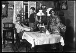 Familj runt matsalsbord